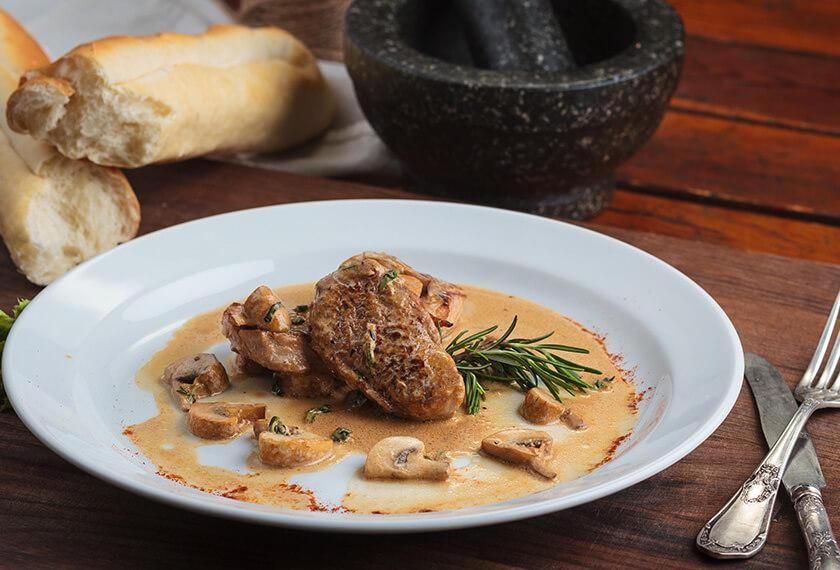 Bife com molho madeira e cogumelos