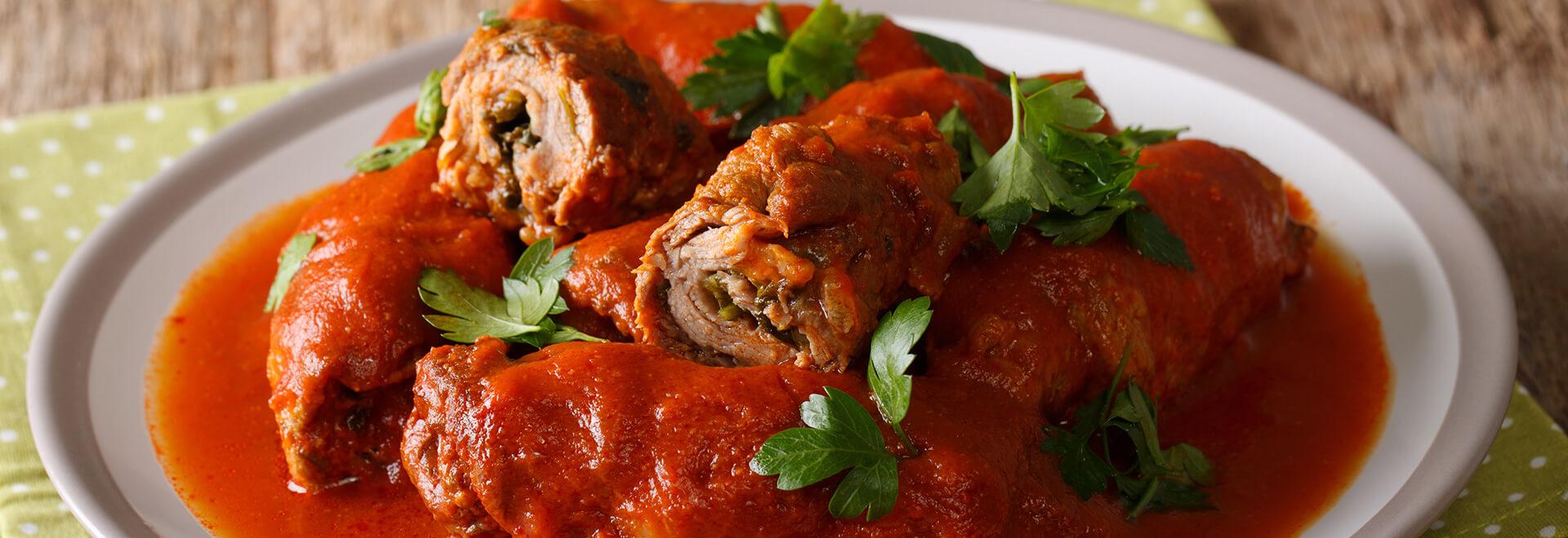 Escalopes de porco enrolados com molho de tomate